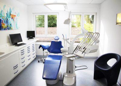 Salle bleue avec fauteuil individuel