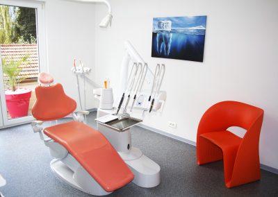 Salle orange avec fauteuil individuel